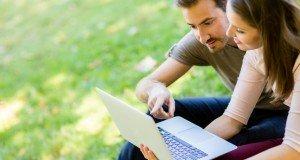 couple-on-laptop